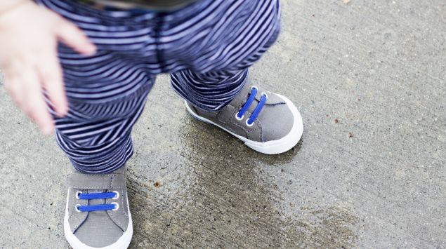 Das Bild zeigt ein Kleinkind mit Schuhen.