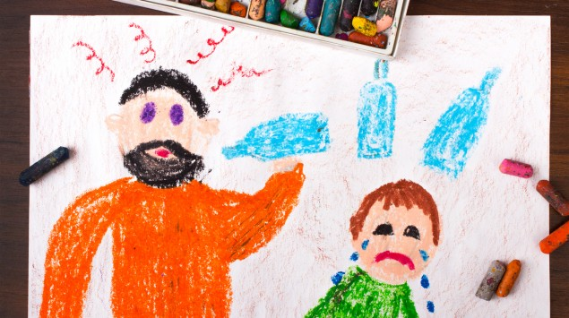 Kinderzeichnung von eonem Alkohol trinkenden Mann und einem weinenden Kind.