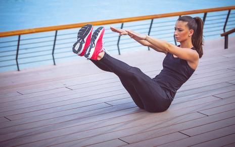Eine Frau macht eine Bauchmuskelübung