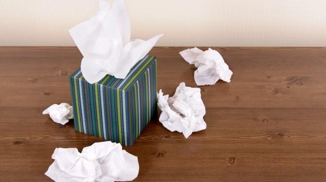 Kleenex-Box mit zerknüllten Tüchern