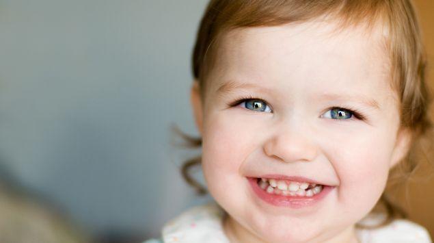 Das Bild zeigt ein strahlendes Kleinkind.