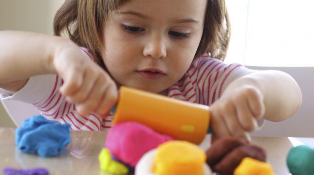 Ein Mädchen spielt mit Knete.