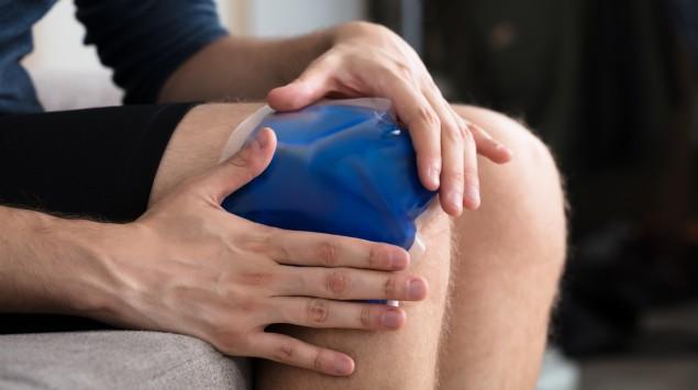 Kühlpack auf Knie