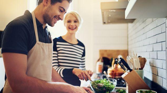 Mann und Frau kochen zusammen.