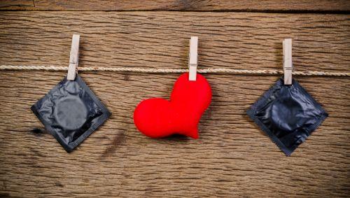 Kondome und ein Stoffherz auf einer Wäscheleine