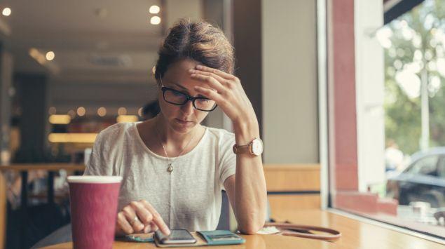 Das Bild zeigt eine Frau mit Kopfschmerzen.