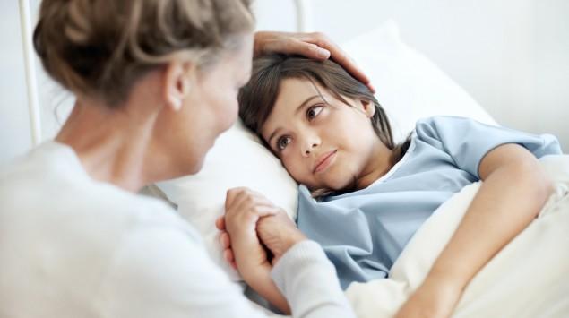 Eine Mutter tröstet ihr krankes Kind.