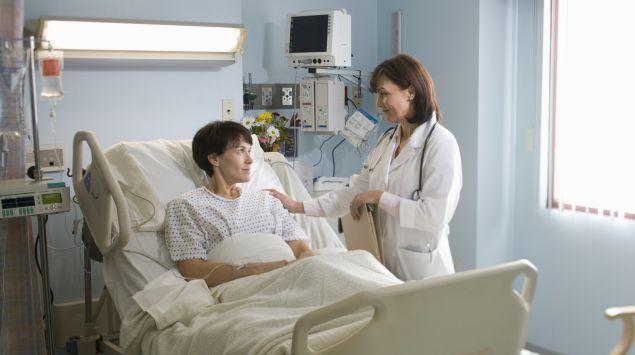 Das Bild zeigt eine Patienten, die im Krankenhausbett liegt.