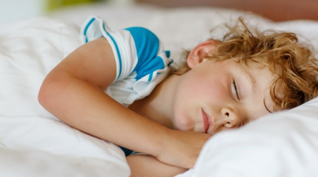 Kleiner kranker Junge schläft.