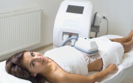 Das Bild zeigt eine Frau bei der Kryolipolyse.