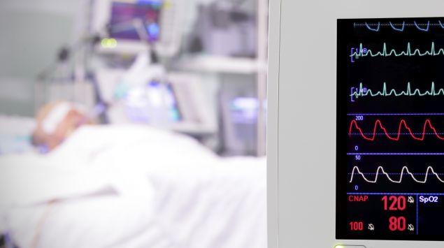 Das Bild zeigt eine ältere Person im künstlichen Koma.
