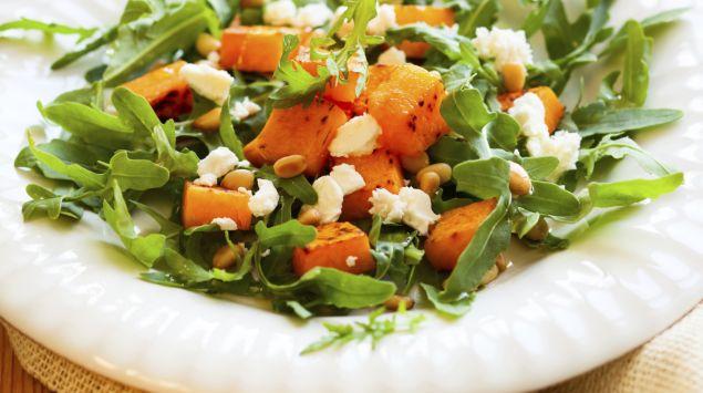 Das Bild zeigt einen Teller mit Kürbissalat.