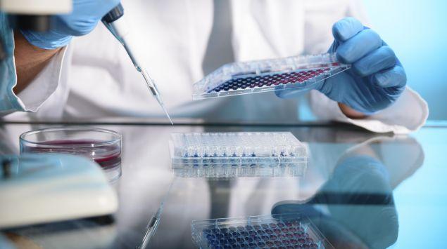 Das Bild zeigt einen Wissenschaftler in einem Labor.