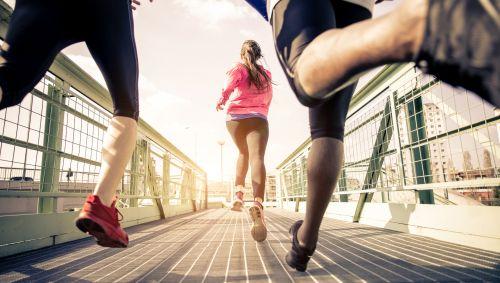Das Bild zeigt drei Läufer von hinten.