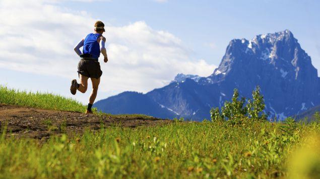 Ein Jogger läuft in den Bergen.