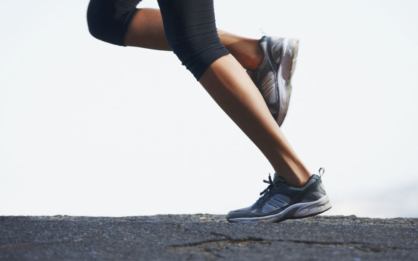 Das Bild zeigt eine Frau beim Joggen. Vor allem Läufer leiden häufig unter Achillessehnenbeschwerden wie zum Beispiel einer Achillodynie oder eine Achillessehnenentzündung.