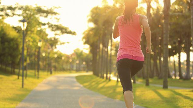 Eine Frau joggt im Park.