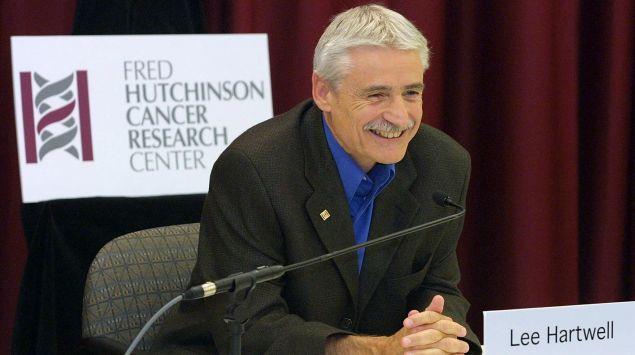 Dr. Leland (Lee) Hartwell auf einer Pressekonferenz.