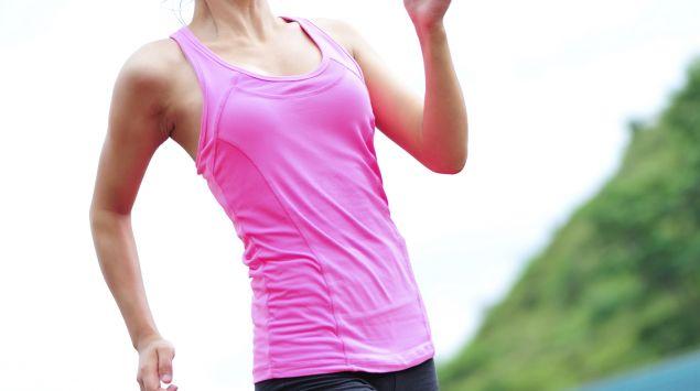 Man sieht eine junge Frau, die joggt.