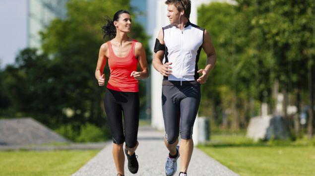 Man sieht einen Mann und eine Frau beim Joggen.