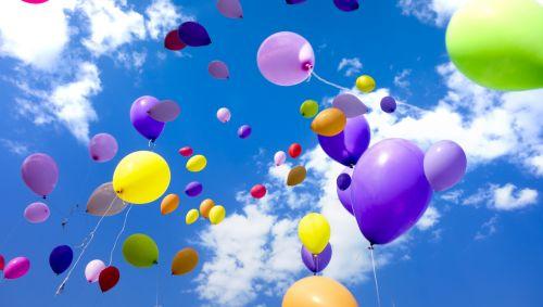 Bunte Luftballons am blauen Himmel.