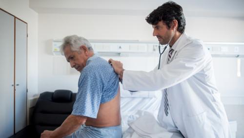 Coronavirus: Ein Arzt hört die Lunge eines Mannes ab