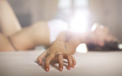 Das Bild zeigt eine Frau in Unterwäsche, die sich lustvoll rekelt.