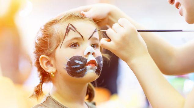Ein Mädchen wird geschminkt.