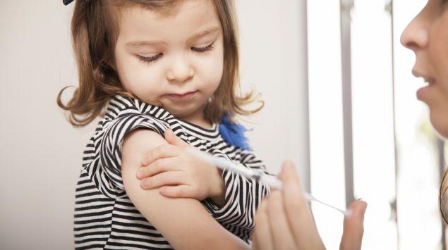 Ein kleines Mädchen wird geimpft.
