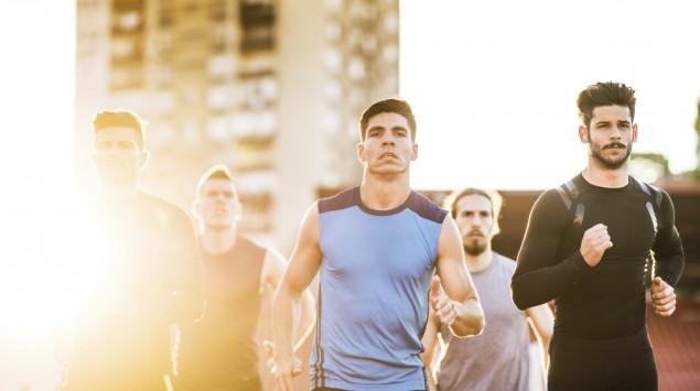 Mehrere männliche Läufer.