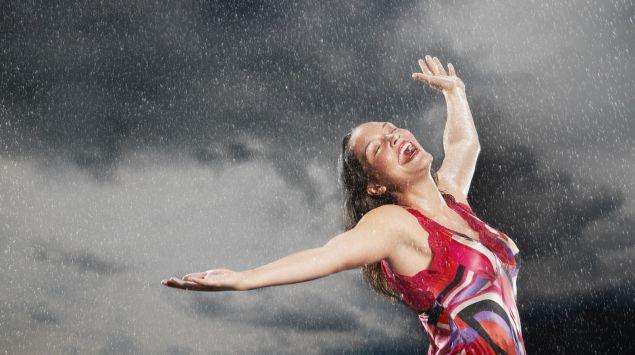 Eine glückliche Frau im Regen.
