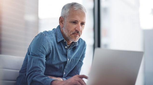Das Bild zeigten einen älteren Mann am Laptop.