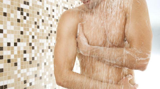 Ein Mann unter der Dusche.