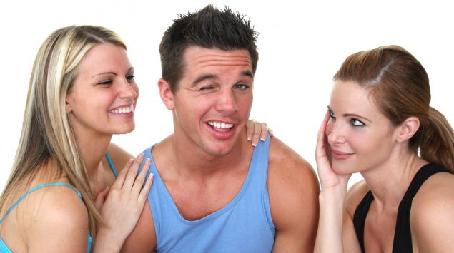 Ein Mann umgeben von zwei Frauen.