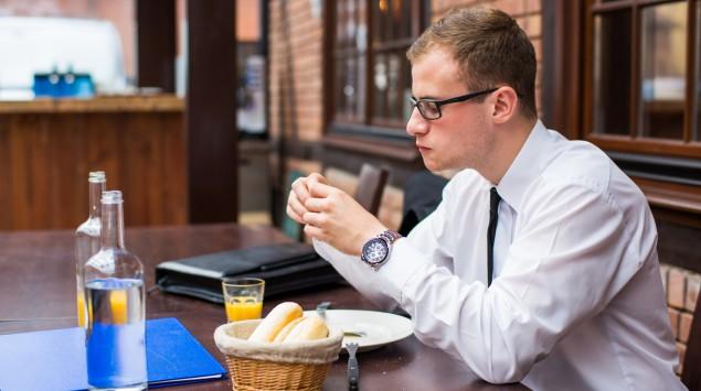 Ein Mann isst einen Burger