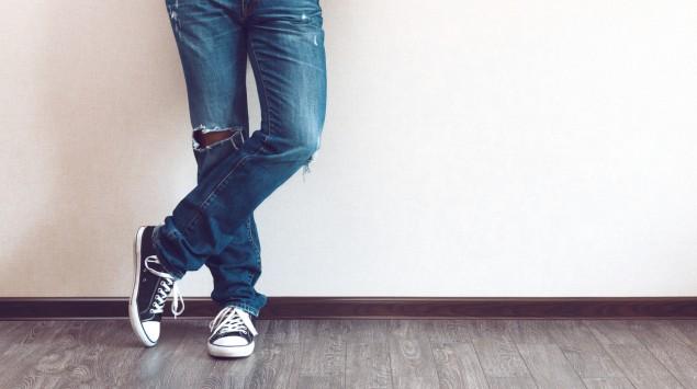 Die Beine eines Mannes in Jeans.