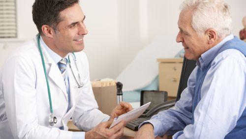 Man sieht einen älteren Mann beim Arzt.