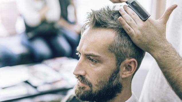 Man sieht einen Mann beim Friseur.