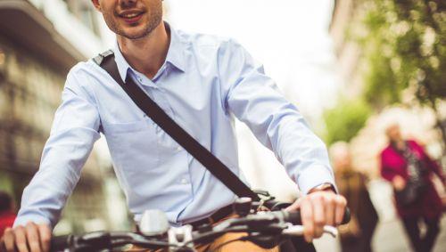 Ein junger Mann fährt Fahrrad.