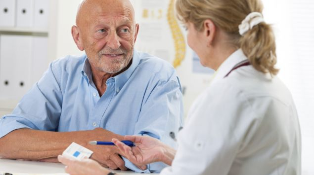 Man sieht einen Mann im Gespräch mit einer Ärztin.