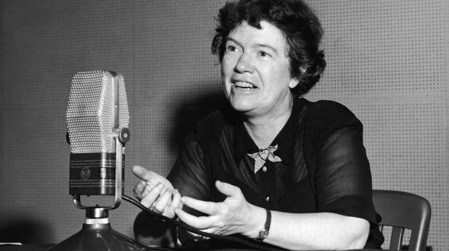 Man sieht eine Aufnahme von Margaret Mead bei einem Radio-Interview.