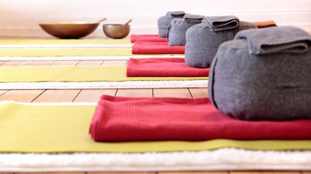 Meditationsmatte mit Meditationskissen und Decken