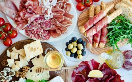 Häufige Infektionsquellen für Listeriose sind rohe Tierprodukte oder pflanzliche Lebensmittel (wie vorgeschnittener Salat).