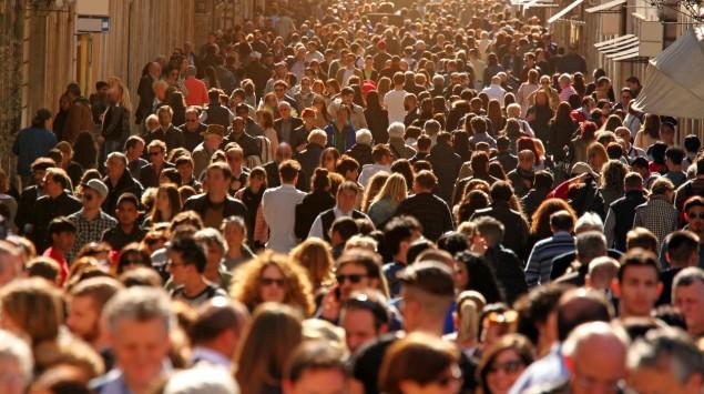 Das Bild zeigt eine Menschenmenge in einer Fußgängerzone.