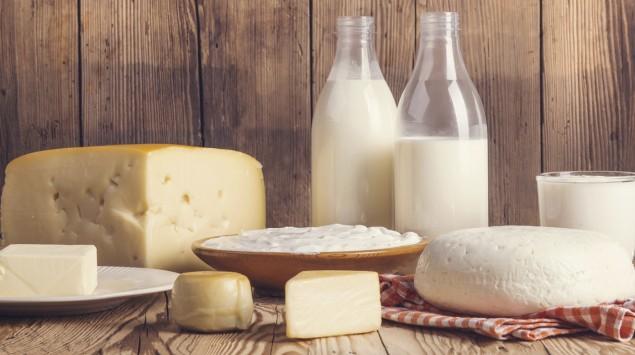 Auf einem Tisch befinden sich neben Milchflaschen verschiedene Milchprodukte.