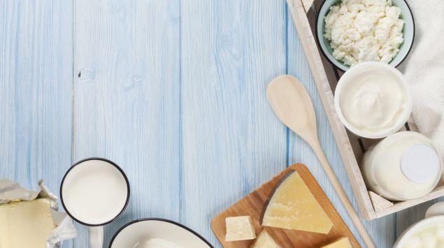 Das Bild zeigt verschiedene Milchprodukte auf Holz.
