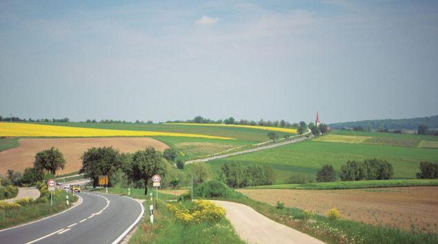 Das Bild zeigt ein Landstraße in Deutschland.