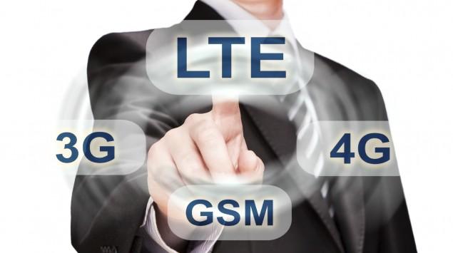 Ein Geschäftsmann wählt den LTE-Standard anstelle des GSM-Standards für sein Mobiltelefon aus.