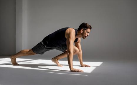 Ein Mann macht Bauchmuskelübungen