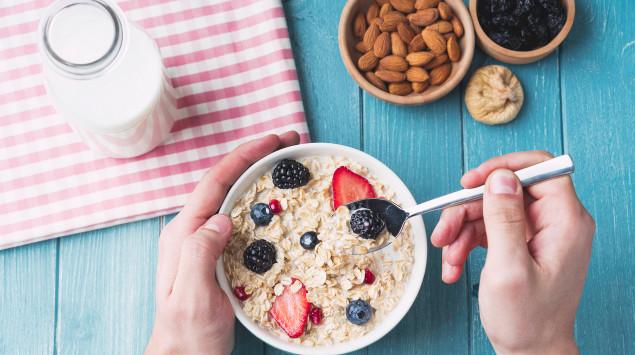 In diesem Müsli mit Vollkorngetreide, Mandeln und Milch steckt viel Vitamin B2.